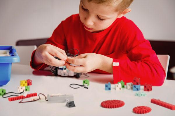 petit garcon robot programmable